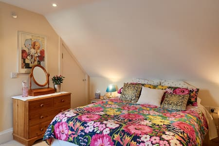 Lovely double room with private shower room. - Marlow - Casa