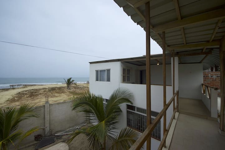 Basic Holidays Beach Home and Steps From the Ocean - San Jacinto - Rumah