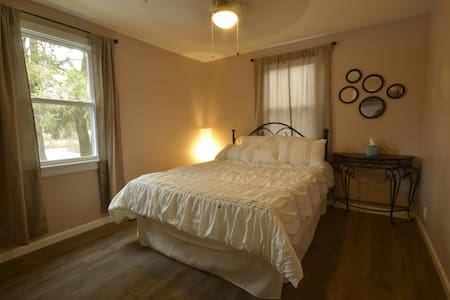 Tri-Couples 3QBR Riverfront getaway close to town