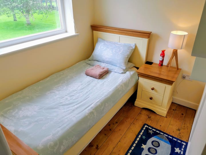 Beautiful Single Bedroom, Castle View