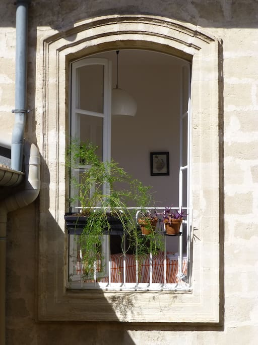 + CHAMBRE 3 - porte-fenêtre sur cour au calme + ROOM 3 -French-window opening on to a quiet courtyard