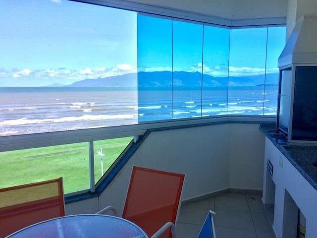 Apto frente mar, varanda gourmet, lindo e novo!