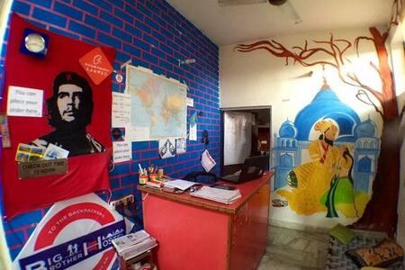 big brother hostel ,agra - อักรา - ที่พักพร้อมอาหารเช้า