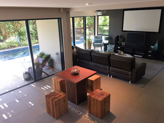 Modern, self-contained apartment Coorparoo