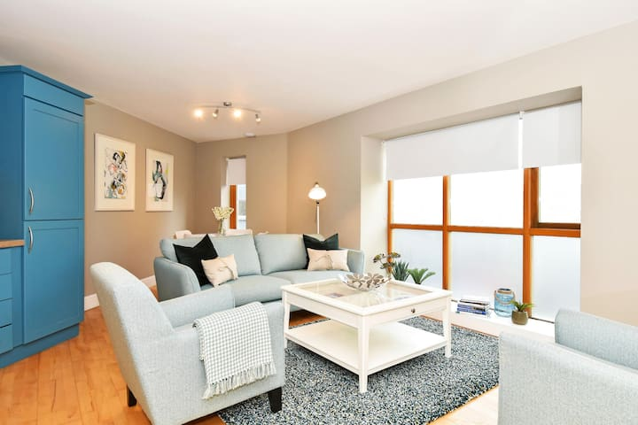 Stylish, Cool, Bright Apt - Ideal Central Location