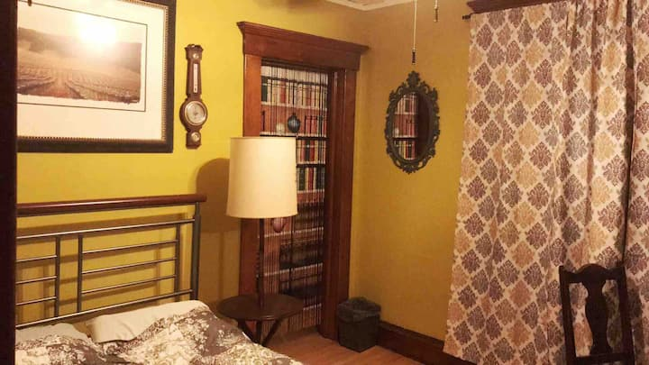 Comfy private room in Historic Downtown Appleton