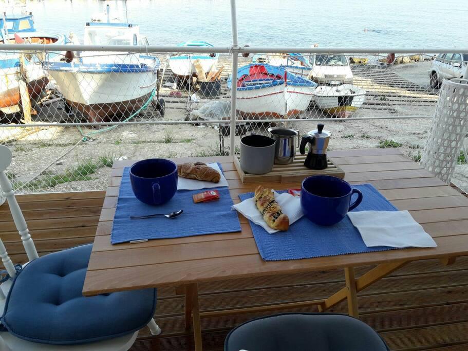 Colazione in pedana. Per iniziare bene la giornata e continuare  poi con un tuffo rigenerante nelle acque criatalline della Sicilia occodentale