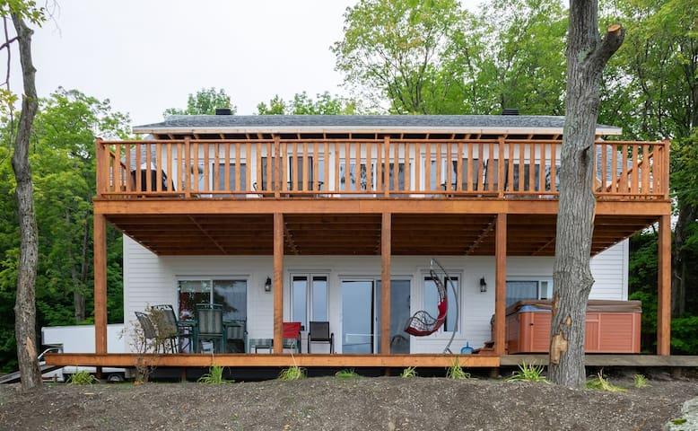 Maison Neuve sous-bois vue sur le fleuve