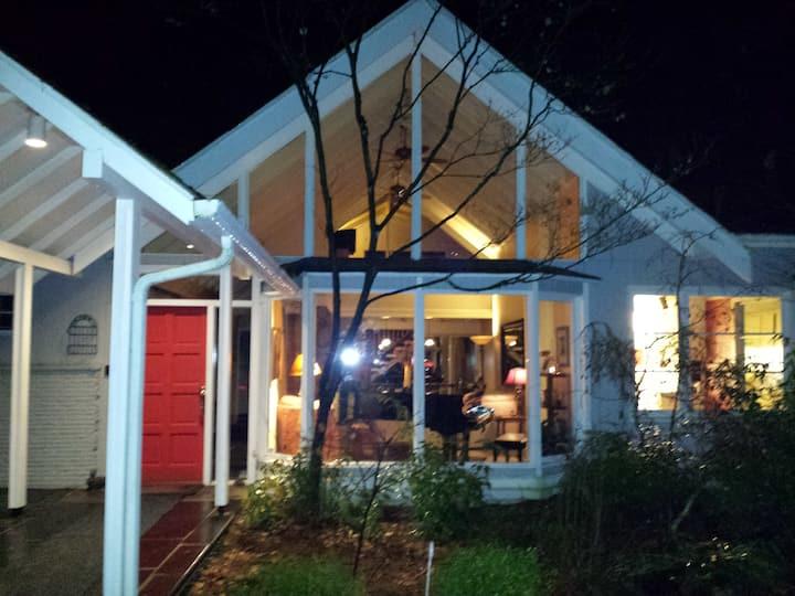 Seattle Lodge 4BR Incl Loft 2.5BA Endless Hot Shwr