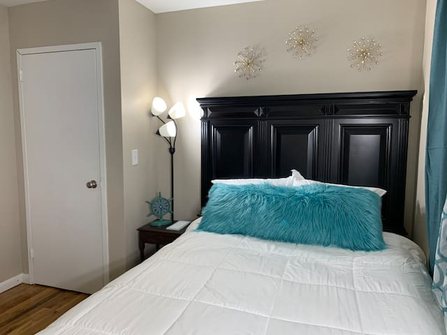 ● Queen Bedroom ● Perfect 5-star long term stay.