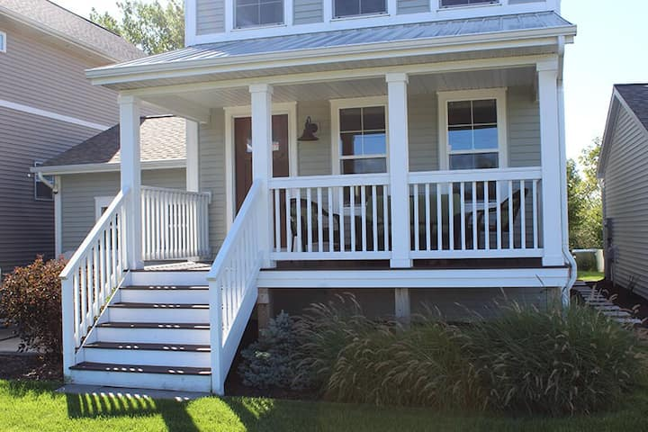 BEACHWOOD FAIRWAY RETREAT: Close to downtown St. Joseph and a 5 minute walk to the beach!