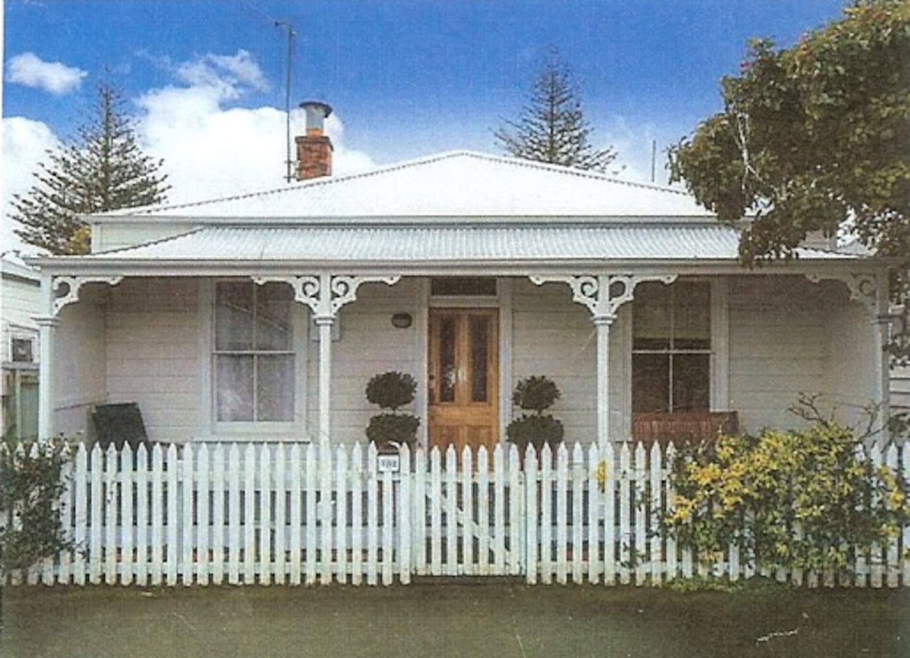 Ahuriri Cottage was built in 1922. Renovated and comfortable.  Fast WIFI, plus powerful Heat Pump/Air Conditioner.