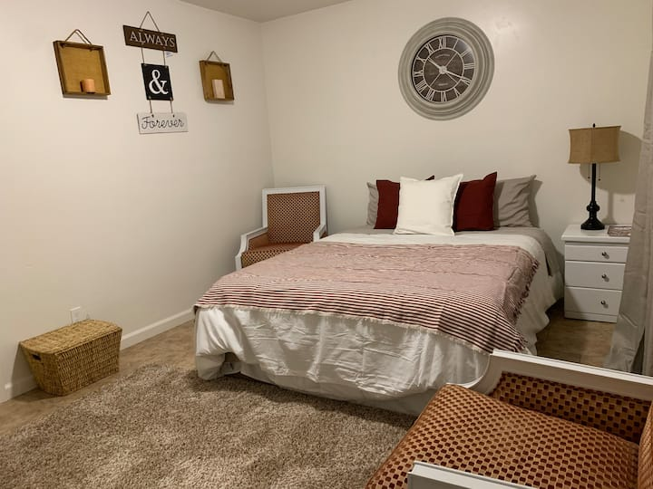 Near Downtown •••• Clean & Cozy Bedroom
