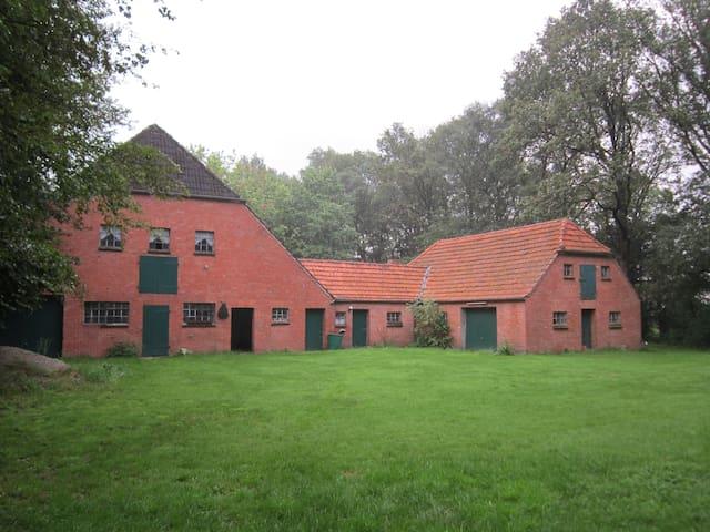 Vrijgelegen vakantieboerderij op een ruim terrein