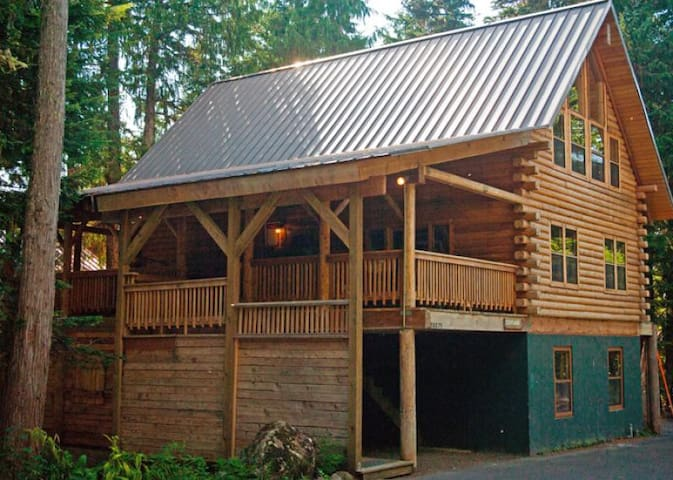 Cedarwood Lodge, a long-time favorite family vacation getaway, hot tub, dog-friendly, gas fireplace