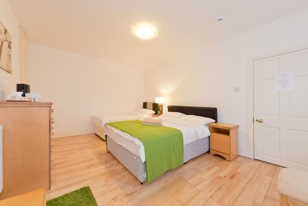 B room with double and single bed appartements louer for Chambre hote dublin