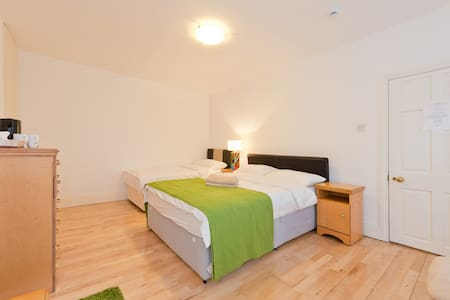 B Room with double and single bed