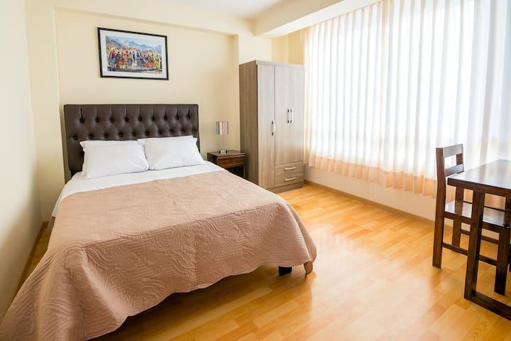 Habitación privada con baño pequeño