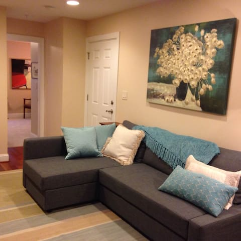 The living room is serene and calm. It's easy to relax here. The front entrance is just there so one short fees steps and you're in your private one bedroom/bathroom suite.