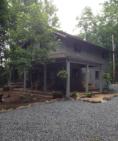5 Star Upscale Blue Ridge Cabin! Dog friendly,wifi