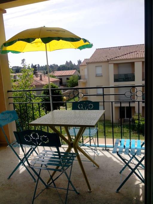 Terrasse avec vue sur la Cité et la piscine