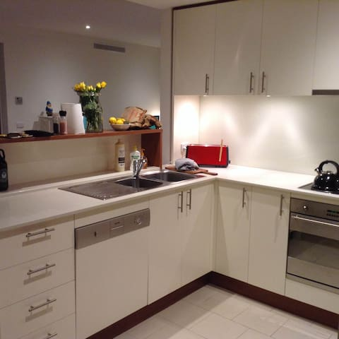 Modern apartment in leafy Turner, walk to the city - Turner - Appartement