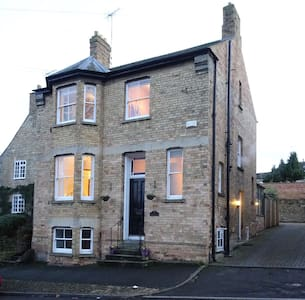 Spacious double room in Victorian Town House - Stamford - Casa
