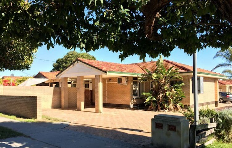 3 Bedroom and Alfresco Home Away From Home - Balcatta - 獨棟