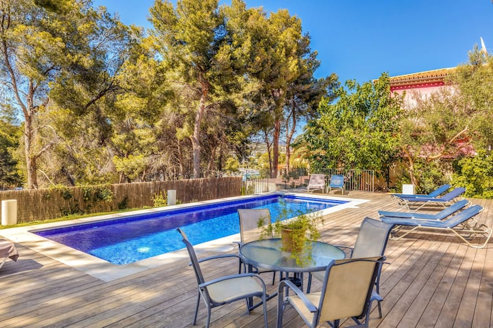 Beautiful Villa with Pool, Wi-Fi and Terrace; Ideal Location; Parking Available