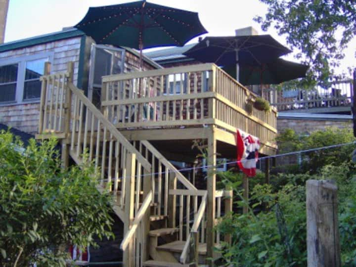 ENTIRE APARTMENT, 3Bd Rms, Lg Deck, Sleeps 5+