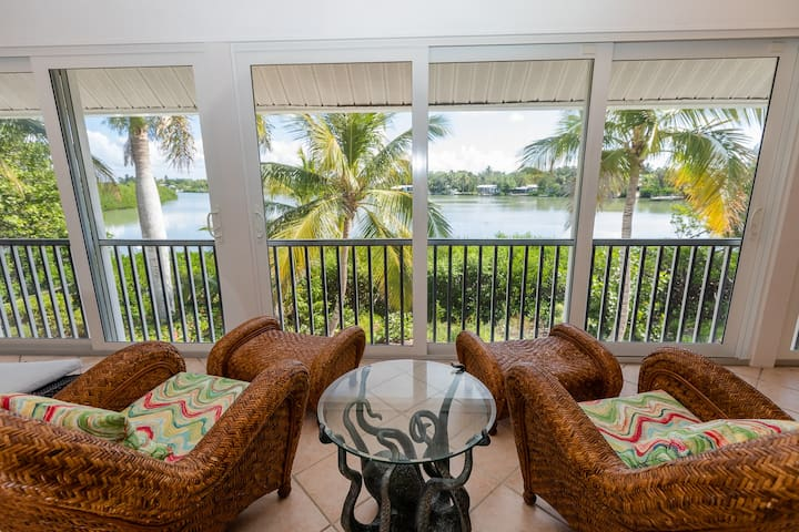 BONITA VISTA- LUXURY POOL HOME ON SANIBEL, RIGHT AT THE CAPTIVA BORDER! PRIVATE POOL AND BOAT DOCK!