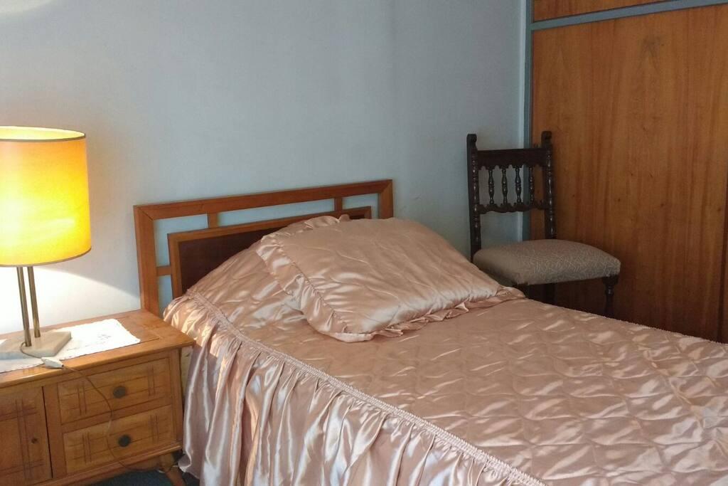 Habitacion principal con cama y placad