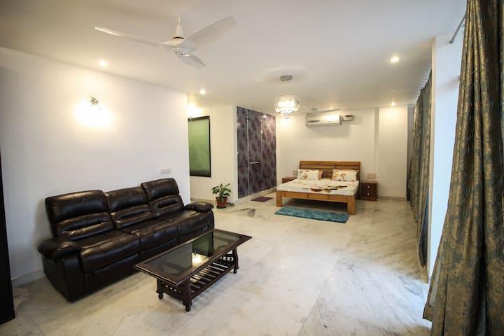 ''The Suite 22'' ultra spacious modern studio