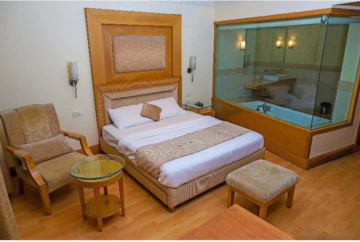 Only premium rooms nearby HUDA metro with bathtubs