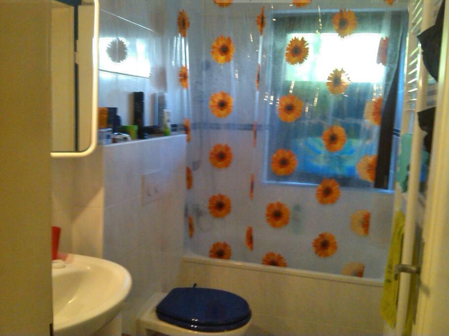 Bad mit Badewann und Fenster