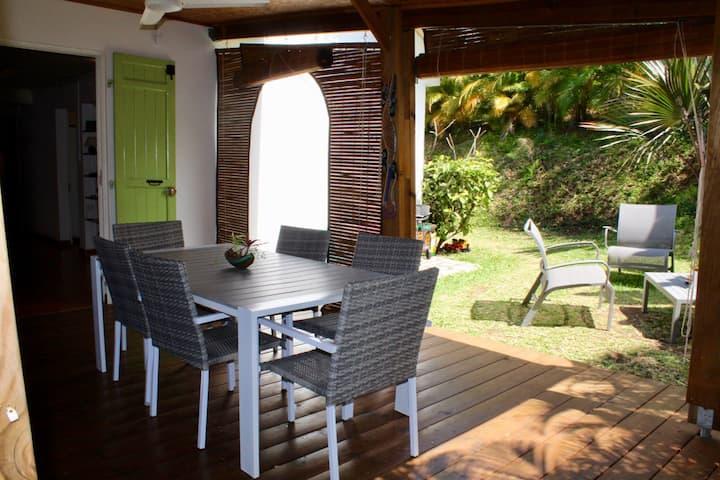 grande villa au calme dans jardin tropical