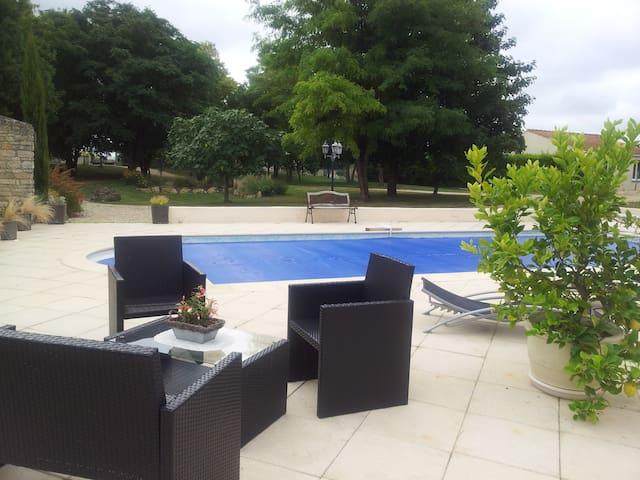 Gite dans belle propriété avec piscine chauffée. - Ardillières - House
