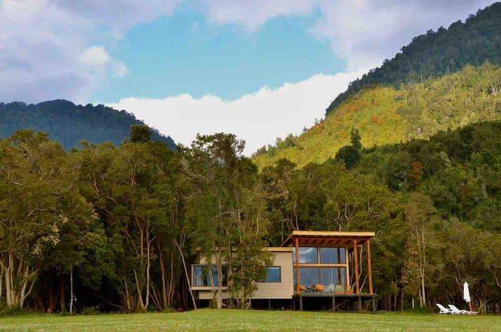 Cabaña Orilla mar en mágico Bosque Nativo, Cochamo