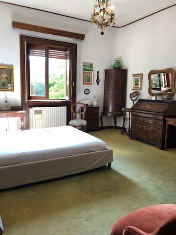 Private room in villa w/ garden, close to the lake