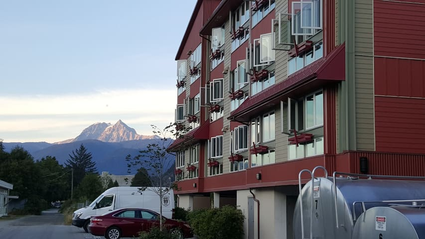 Amazing views, 1 bed apt close to everything! - Squamish - Apto. en complejo residencial