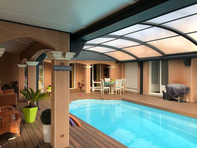 Chambre privée piscine chauffée couverte jaccuzzi
