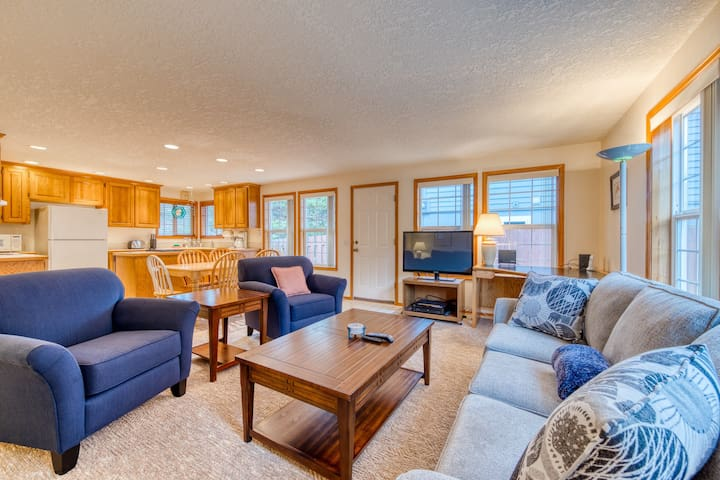 Premium Cleaned | Family-friendly house near the beach w/ an enclosed yard - dogs OK!