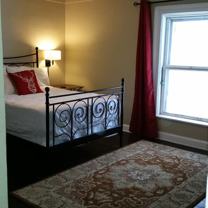 Quiet - Double Bed - Private Bathroom - Downtown