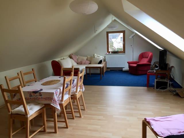 Dachgeschosswohnung im Grünen - Rückersdorf - Huis
