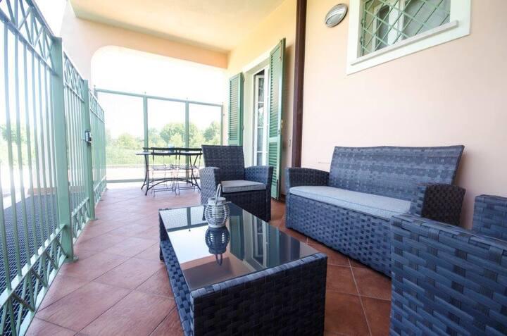 Nuovo Appartamento con Veranda con vista Apuane