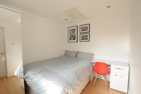 Modern Double Room next to Station with Parking - Winnersh - Casa