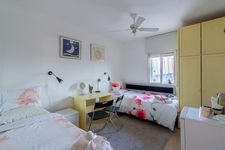 VILLA VARDA HOME FROM HOME - YELLOW ROOM