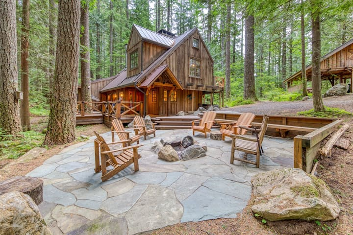 NEW LISTING! Forest setting Mt. Hood lodge  w/ firepit & private hot tub!