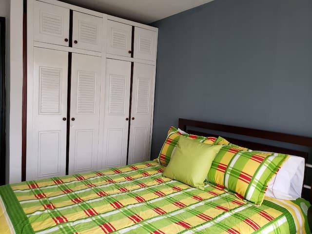 habitación principal con cama doble