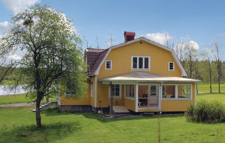 Beautiful Lake property With Private Dock & Boat - Färgelanda N